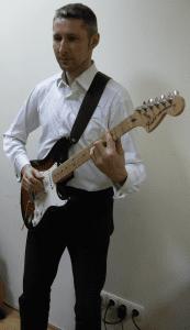 Gitaros laikymas stovint-2